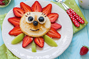 Hintergrundbilder Eierkuchen Erdbeeren Kiwi Heidelbeeren Teller Design