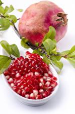 Bilder Granatapfel Weißer hintergrund Getreide Ast Lebensmittel