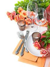 Fotos Rosen Kerzen Messer Weißer hintergrund Weinglas Essgabel Blumen Lebensmittel