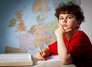 Fotos Schule Junge Starren Hand Bleistift Kinder