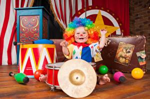 Bilder Spielzeuge Junge Uniform Clown Glücklich Kinder