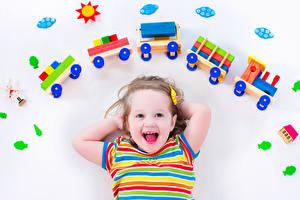 Fotos Spielzeuge Weißer hintergrund Kleine Mädchen Fröhlicher Kinder