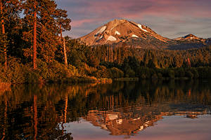 Hintergrundbilder Vereinigte Staaten Park See Herbst Gebirge Wälder Spiegelung Spiegelbild Lake Manzanita Lassen Volcanic National Park Natur