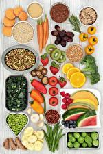 Hintergrundbilder Gemüse Obst Nussfrüchte Paprika Tomate Pilze Erdbeeren Wassermelonen Mohrrübe das Essen