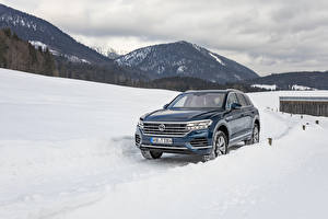 Bureaubladachtergronden Volkswagen Blauw kleur Sneeuw Metallic 2018-19 Touareg V6 TDI Worldwide automobiel
