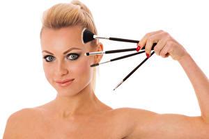 Hintergrundbilder Weißer hintergrund Blond Mädchen Schminke Gesicht Pinsel junge frau
