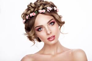 Hintergrundbilder Kranz Weißer hintergrund Braunhaarige Starren Gesicht Schminke Mädchens
