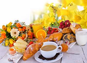 Hintergrundbilder Sträuße Narzissen Croissant Kaffee Fruchtsaft Milch Käse Erdbeeren Brötchen Frühstück Tasse Trinkglas Ei Lebensmittel