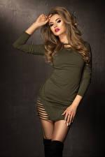 Fotos Braune Haare Kleid Hand Haar junge frau