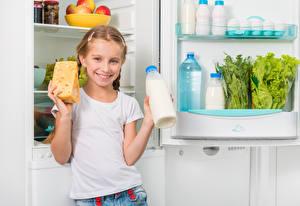 Bilder Käse Milch Kleine Mädchen Lächeln Flasche Kühlschrank Kinder