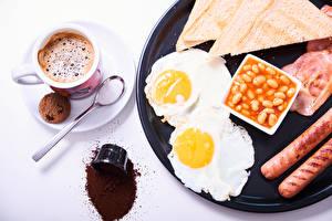 Bilder Kaffee Kekse Brot Frankfurter Würstel Weißer hintergrund Frühstück Tasse Spiegelei