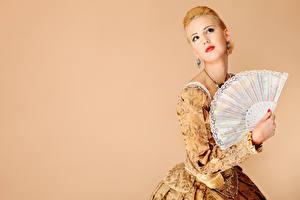 Hintergrundbilder Farbigen hintergrund Blondine Rote Lippen Blick Ohrring Hand junge Frauen