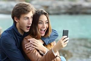Bilder Paare in der Liebe Mann Überraschung Smartphone Hand Auf ein datum date junge Frauen