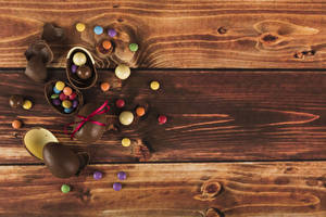 Pictures Easter Candy Chocolate Wood planks Eggs Food