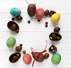 Pictures Easter Chocolate Candy Sweets Wood planks Eggs Food