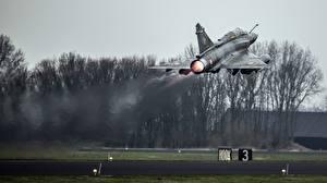 Fotos Flugzeuge Jagdflugzeug Start Luftfahrt Französisches Mirage 2000 Luftfahrt
