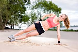 Fondos de Pantalla Fitness Playas Arena Ejercicio físico Sonrisa Pierna Pantalón corto Chicas Deporte