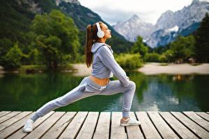 Bilder Fitness Braunhaarige Trainieren Kopfhörer Mädchens