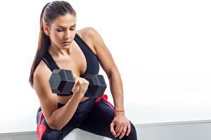 Bilder Fitness Hanteln Hand Weißer hintergrund Schön Braunhaarige sportliches Mädchens
