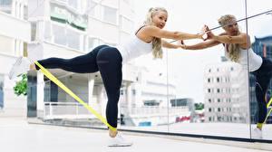 Hintergrundbilder Fitness Bein Spiegel Blondine Gesäß Mädchens Sport