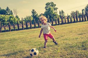 Hintergrundbilder Fußball Junge Ball Gras Kinder