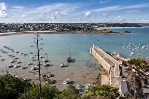 Bilder Frankreich Bootssteg Leuchtturm Schiffe Motorboot Bucht Erquy Brittany