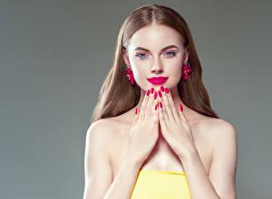 Fotos Grauer Hintergrund Braunhaarige Starren Rote Lippen Hand Maniküre Ohrring Mädchens