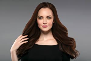 Fotos Grauer Hintergrund Braune Haare Haar Hand Starren Mädchens