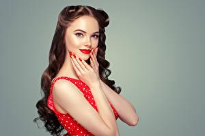 Картинки Серый фон Шатенка Волосы Руки Красные губы Маникюр Смотрит Красивые Девушки