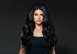 Bilder Grauer Hintergrund Brünette Haar Starren Mädchens