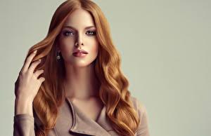 Fotos Grauer Hintergrund Rotschopf Haar Blick Hand Schöne Mädchens