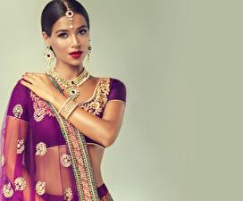 Hintergrundbilder Indian Schmuck Halsketten Armreif Brünette Ohrring Hand Farbigen hintergrund Mädchens