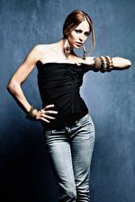Fotos Schmuck Braunhaarige Hand Jeans Ohrring Mädchens