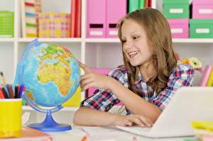 Fotos Kleine Mädchen Lächeln Globus Hand Kinder