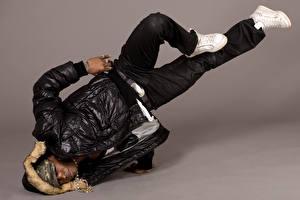 Fotos Mann Farbigen hintergrund Neger Tanz Jacke Bein