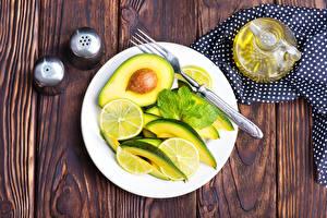 Fotos Salat Avocado Zitrone Bretter Teller Gabel Lebensmittel