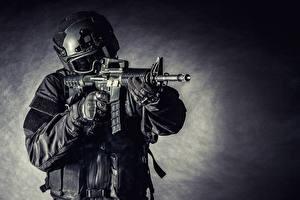 Bilder Soldat Sturmgewehr Militär Schutzhelm Uniform Brille Militär