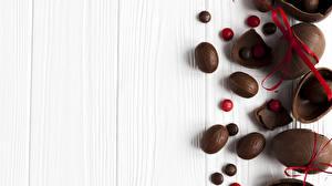 Bilder Süßigkeiten Ostern Schokolade Bretter Eier Schleife das Essen