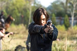 Hintergrundbilder The Walking Dead Pistolen Lauren Cohan Braune Haare 7 Film Mädchens