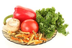 Bilder Tomate Pilze Paprika Gemüse Weißer hintergrund Makkaroni das Essen