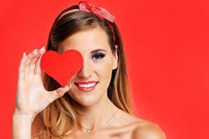 Fotos Valentinstag Roter Hintergrund Herz Lächeln Hand junge Frauen
