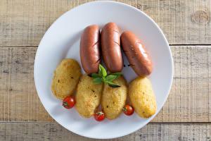 Hintergrundbilder Frankfurter Würstel Kartoffel Tomate Bretter Teller das Essen