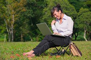 Fonds d'écran Asiatique Cheveux noirs Fille Sourire S'asseyant Ordinateur portable Chemise manches longues Filles