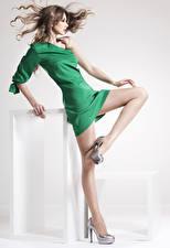 Fotos Braunhaarige Kleid Bein Stöckelschuh Strumpfhose Schön Mädchens