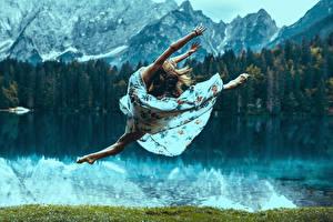 Fotos Braunhaarige Sprung Kleid Bein Mädchens