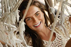 Fotos Braunhaarige Lächeln Starren Mädchens
