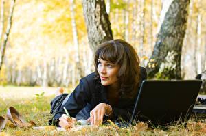Hintergrundbilder Brünette Notebook Ruhen junge frau