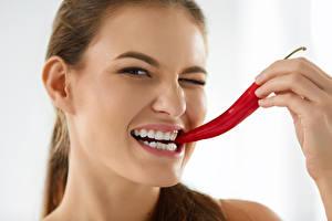Hintergrundbilder Chili Pfeffer Finger Weißer hintergrund Braunhaarige Zähne Mädchens