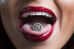 Обои Вблизи Красные губы Язык (анатомия) Кольцо