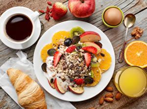 Fotos Kaffee Fruchtsaft Müsli Croissant Obst Schalenobst Bretter Frühstück Teller Tasse Ei